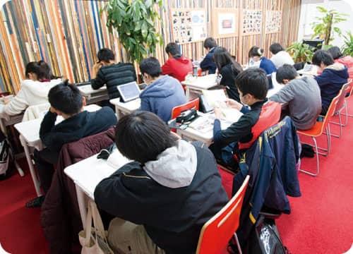 校舎オープン(土日)で勉強習慣と集中力を身につけます