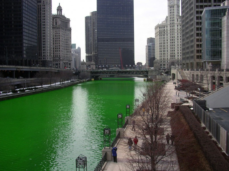 1024px-Chicago_River_dyed_green,_buildings_more_prominent
